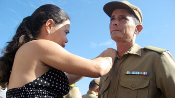 Mujer condecora a militar
