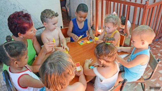 Cuidadora particular jugando con niños