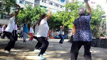 Abuelos realizan ejercicios