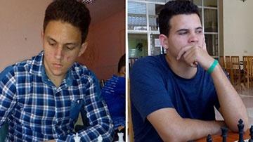 Carlos Daniel Albornoz y Luis Ernesto Quesada, jugadores de ajedrezo favoritos en el grupo principal del torneo nacional José Fernández Migoya.