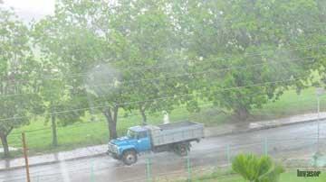 Carro bajo la lluvia
