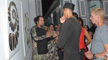 Personas en la galería de arte