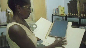Mujer con libros en las manos